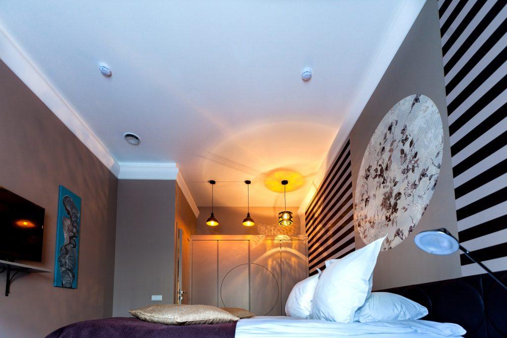 Gebruik warme en diepe kleuren in de slaapkamer.